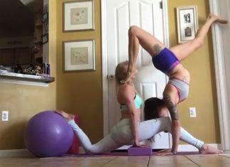 Duas amigas fazem Yoga em casa quando uma cai em cima da cara da outra