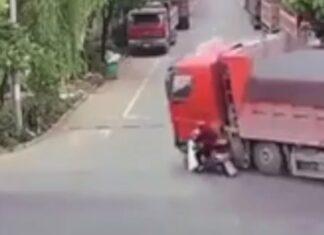 Mulher de mota escapa por milagre a acidente com camião