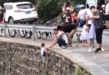 Pai coloca filho em risco ao segurá-lo num precipício para tirar foto