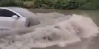 Condutor de um Tesla Model 3 anda sem problemas em ruas alagadas