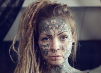 Mulher de 30 anos já tem 99% do corpo coberto com tatuagens