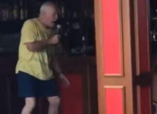 Avô dá brilharete em karaoke de um bar local e ninguém fica indiferente