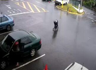 Bebé escapa depois de carrinho ter andado sozinho até à estrada e bater em autocarro