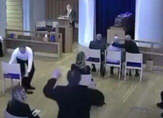 Filhos são impedidos de abraçar a própria mãe no funeral do pai