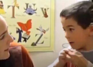 Menino fica comovido ao ouvir a voz da sua mãe pela primeira vez