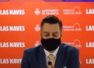 Político espanhol usa máscara para esconder que não sabia falar inglês