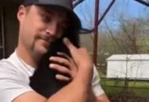 Cabrinhas bebés esperam pela sua vez para terem um abraço do seu humano favorito