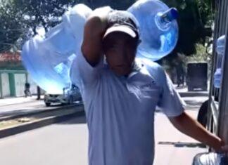 Homem carrega sozinho 5 garrafões de 20 litros de água