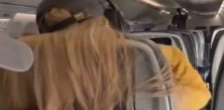 Jovem cola chicletes no cabelo de passageira no avião