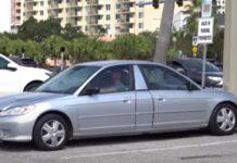 Jovem retira traseira do carro para evitar multas em parque de estacionamento