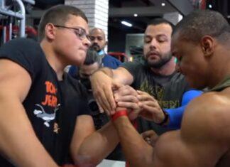 Jovem vence todos os duelos de braço de ferro contra bodybuilder