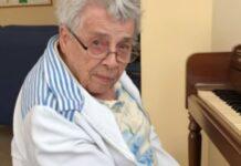 Mulher de 92 anos com demência começa a tocar assim que se senta ao piano