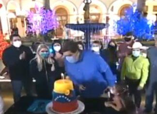 Nicolás Maduro esqueceu-se de tirar a máscara para soprar velas de bolo de aniversário