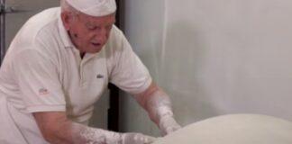 Padeiro de 86 anos continua a fazer a massa folhada à mão