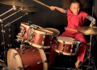 Menina de 10 anos toca música dos Slipknot na bateria com perfeição