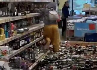 Mulher destrói secção das bebidas em supermercado no Reino Unido
