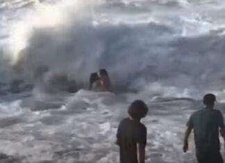 Surfista profissional salva mulher de ser afogada numa praia do Hawaii
