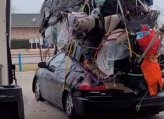 Família faz mudanças e empilha tudo em cima do carro