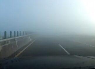 Carro tem acidente ao ir a grande velocidade com nevoeiro