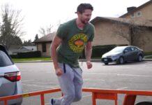 Homem mostra o que acontece quando se salta de carro em andamento