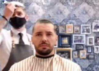 Barbeiro rapa cabelo para mostrar solidariedade a amigo com cancro
