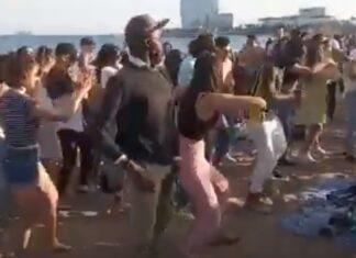 Dezenas de jovens fazem festa numa praia de Barcelona sem usarem máscara