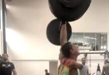 Jovem só com um braço levanta 90 kg