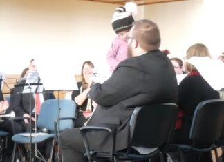 Menino interrompe concerto para dar um abraço ao seu pai