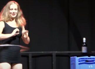Mulher ensina como beber vinho e praticar Hula Hoop ao mesmo tempo