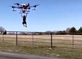 Pai testa potência de drone com o seu filho