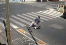 Pessoas distraídas caem ao atravessar em separador de ciclovia