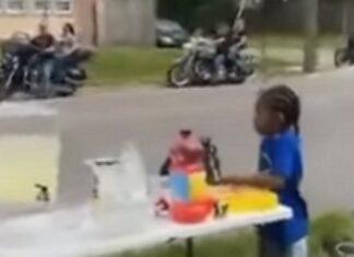Motards fazem paragem para comprar limonada a crianças