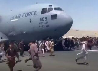 Centenas de pessoas agarram-se a avião em descolagem para escaparem de Kabul
