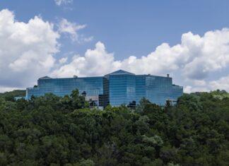 Mansão de vidro dos anos 90 está à venda por 80 milhões