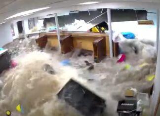 Água derruba parede de casa de família durante furacão Ida