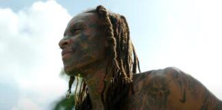 Modelo cheio de tatuagens na cara e rosto aceita desafio de ver-se sem elas